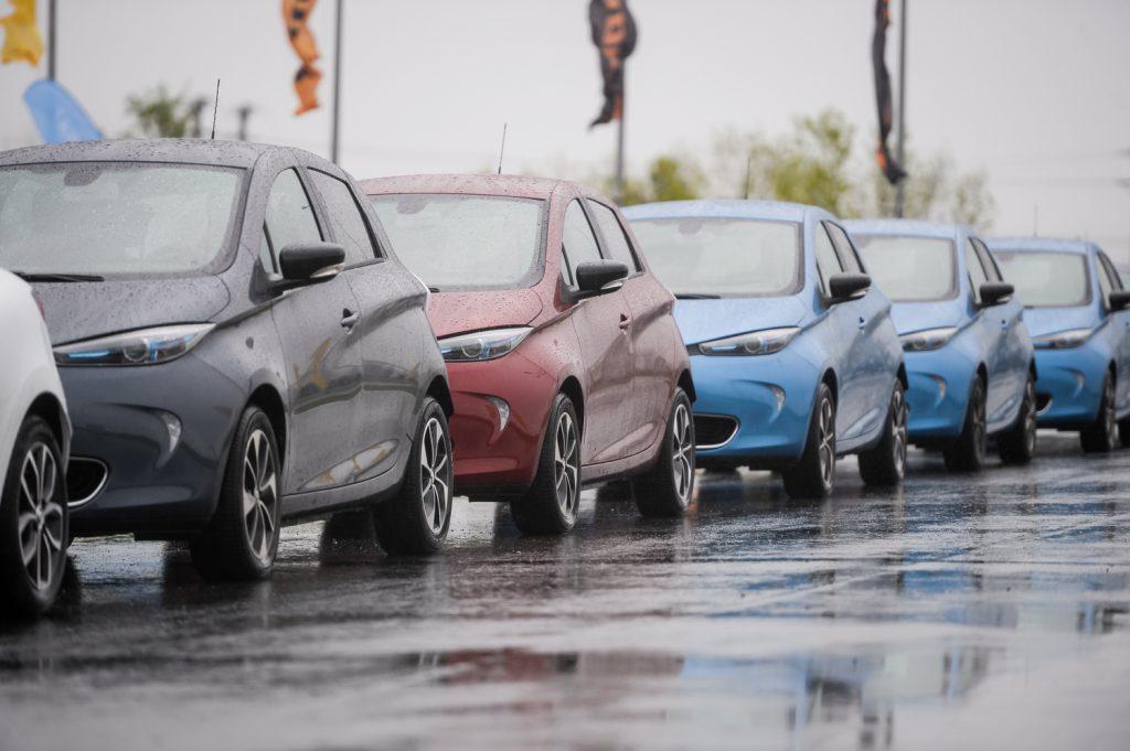 Proiect: Localităţile cu peste 100.000 de locuitori trebuie să monteze stații de încărcare pentru mașini electrice