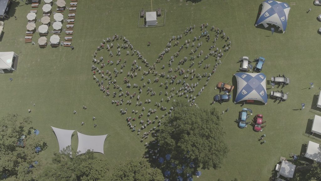 Peste 1000 de persoane au participat la prima întâlnire a posesorilor Dacia din România