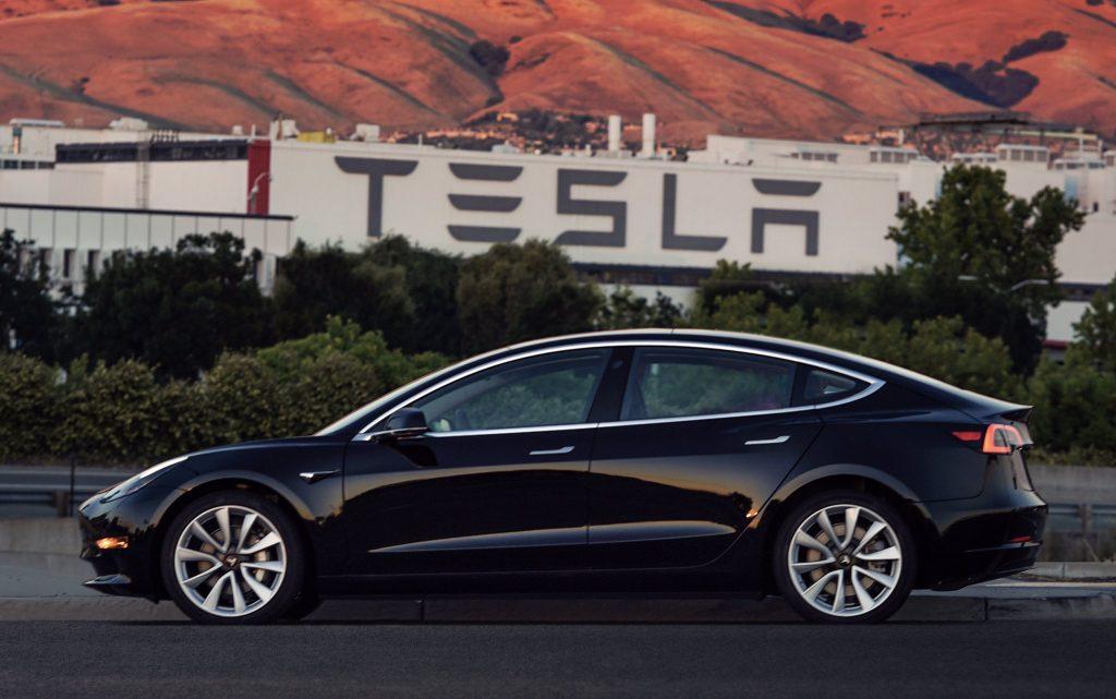 Primul TESLA Model 3 produs de serie a fost primit de Elon Musk