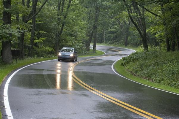 Sfaturi pentru a conduce în condiții de siguranță pe ploaie